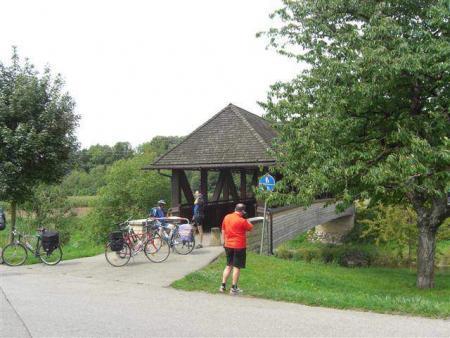 Pont en bois sur la piste cyclable du sud de la Forêt-Noire