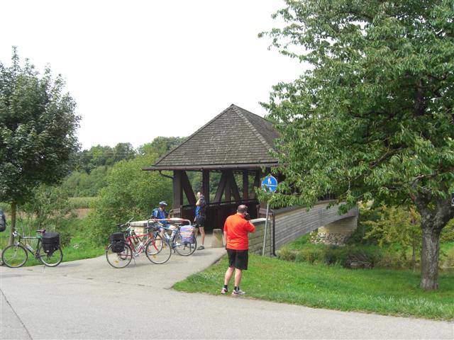 גשר עץ על שביל האופניים הדרומי של היער השחור