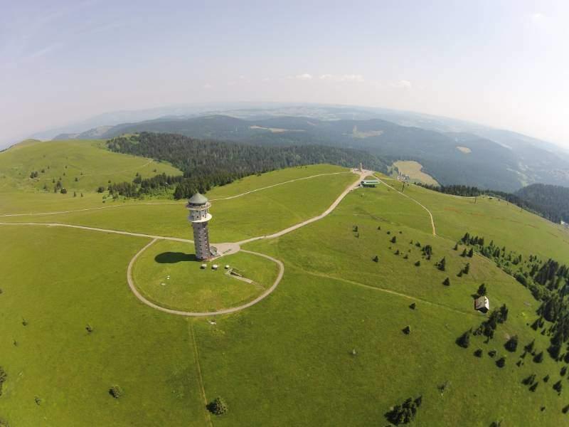 Luchtfoto van Feldberg met de televisietoren