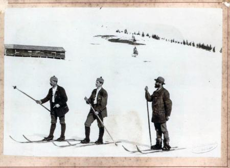 Доктор Пилет показывает членам лыжного клуба Тодтнау, как кататься на лыжах
