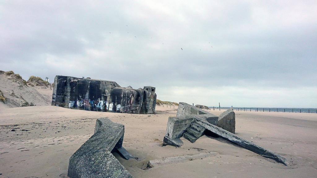 Im Sand versunkene Bunkerruinen am Blåvand Strand