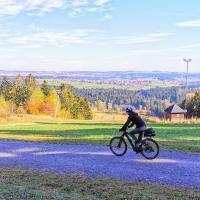 עם האופניים האלקטרוניים ב- Freundestadt