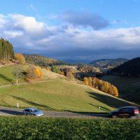 Paysage de la Forêt-Noire avec des voitures