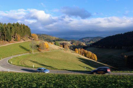 Schwarzwald Landschaft mit Autos
